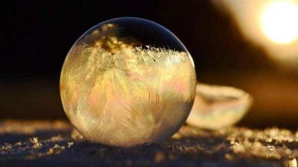 Прекрасный стеклянный шарик: как мыльные пузыри меняются на морозе (Фото)