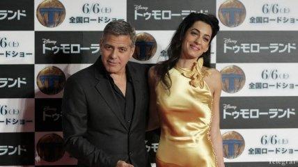 Жена Джорджа Клуни показала стройные ножки