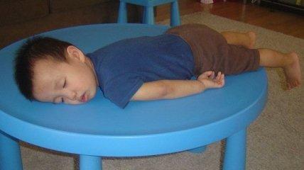 Смешные фотографии с детьми, которые способны уснуть где угодно