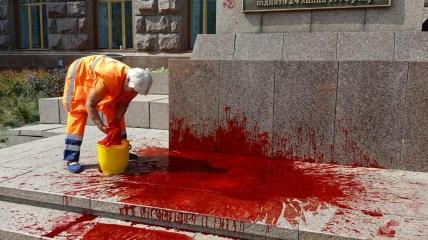 Коммунальщики отмывают краску со ступеней КГГА и флагштока