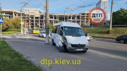 Водитель маршрутки из Одессы не справился с управлением и резался в столб