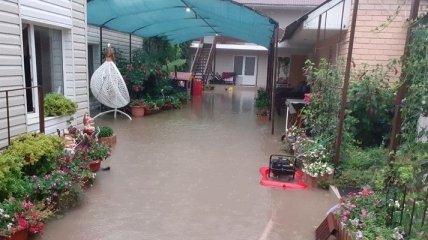 Потоп в Кирилівці і кисільні береги в Одесі: погода знову затьмарює відпочинок на українських курортах (фото, відео)
