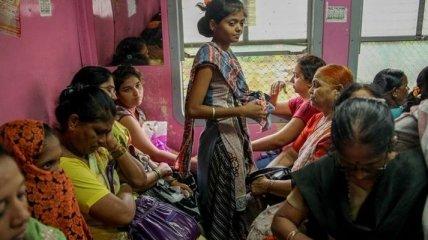 Как выглядят женские вагоны на железных дорогах индийского города Мумбаи (Фото)