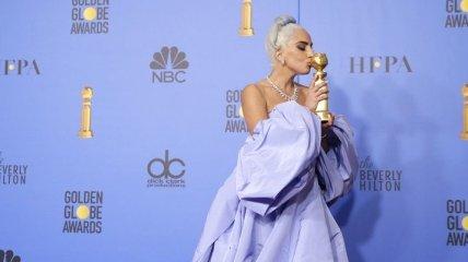 Никуда без статуэтки: известная певица Леди Гага не расстается со своей наградой