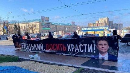 Националисты жгут файеры под зданием облсовета в Харькове: что они требуют (фото, видео)