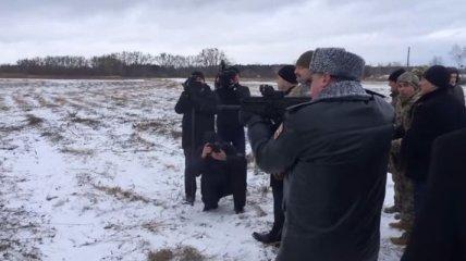 Порошенко стреляет на военном полигоне (Видео)