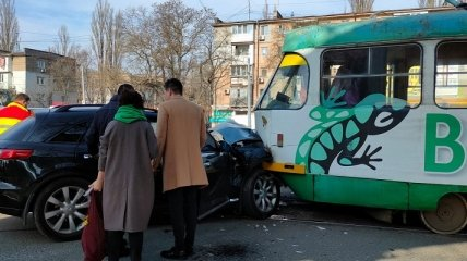 В Одессе элитное авто не пропустило трамвай, есть пострадавшая (фото)