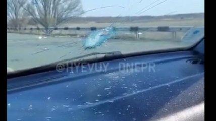 Оторвавшийся от фуры болт пробил легковушку навылет: водитель показал последствия