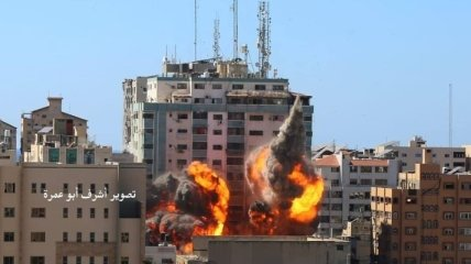 Сравнялась с землей: Израиль авиаударом уничтожил многоэтажку в Газе (фото, видео)