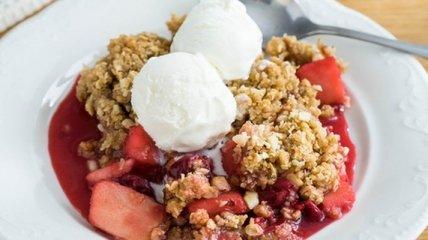 Крамбл з ягодами: надзвичайно смачний літній десерт