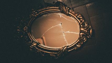 Разбитое зеркало относится к тем вещам, которые не стоит хранить дома