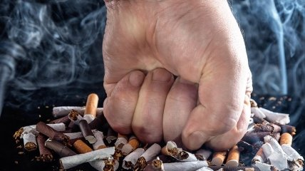 Сигаретные окурки и дым.