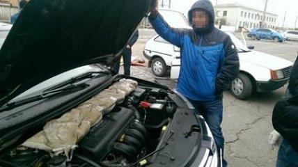 Контрабандисты пытались перевезти в Россию партию холодного оружия