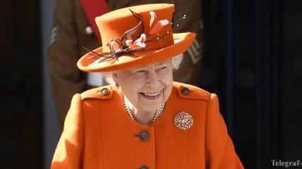 Елизавета II удивила ярким образом: оранжевое пальто и бриллиантовая брошь