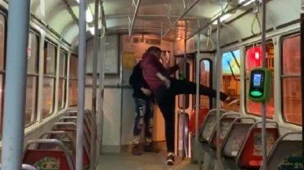 Дохулиганился: напавшему на женщину-водителя в харьковском трамвае грозит до 5 лет тюрьмы