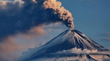 На Камчатке вулкан засыпал пеплом поселок