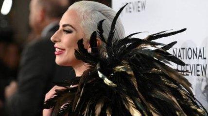 В платье-смокинге Ralph Lauren и перьях: Леди Гага заворожила необычным образом