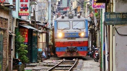 Железная дорога в Ханое, проходящая между домами (Фото)