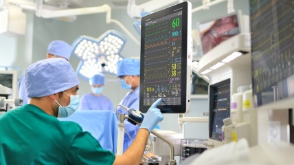 Какие категории граждан чаще всего попадают в больницы с COVID-19