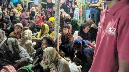После семи месяцев в море: почти триста беженцев из Мьянмы высадились в Индонезии