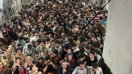 Люди бегут из Афганистана в грузовом самолете ВВС США