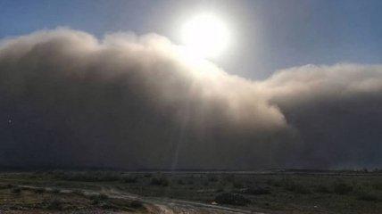 Похоже на конец света: город в России накрыла мощная песчаная буря (видео)