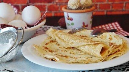 Что приготовить на Масленицу: рецепт идеальных блинов с тремя начинками за 10 минут (видео)
