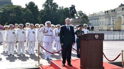 """""""Собирали второпях"""": внешний вид Путина на параде военно-морского флота позабавил сеть"""