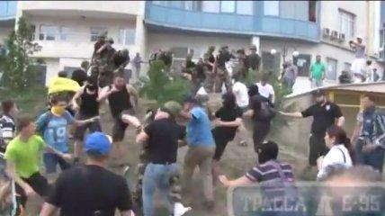 Как в Одессе митинг под консульством России перешел в драку (Видео)