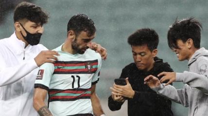Бруну Фернандеш сделал селфи с фанатами в отборе на ЧМ-2022