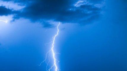Моторошні наслідки циклону: в Рівненській області розряд блискавки потрапив відразу в двох осіб