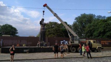 Во Львове разобрали Монумент славы (фото)