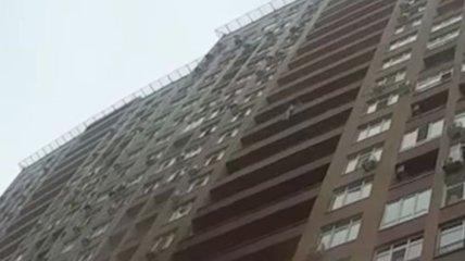 Патрульный на лету поймал женщину, прыгнувшую с балкона 15 этажа в Киеве: видео происшествия