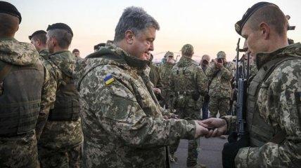 Порошенко наградил 372 украинских морпеха
