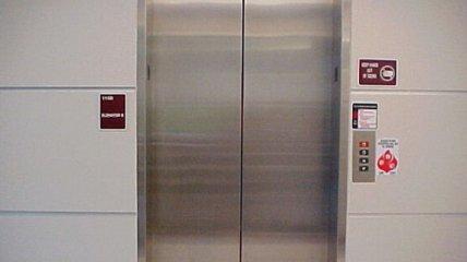 В Харькове ЧП с лифтом - женщину увезли в больницу (видео)