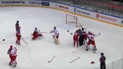 Один лишний: Хоккеисту не досталось соперника во время массовой драки (Видео)
