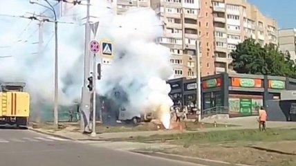 На оживленном перекрестке Харькова сквозь землю прорвался огненный столб (видео)