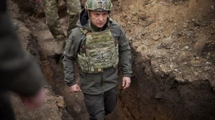 Президент Украины Владимир Зеленский во время визита в Донбасский регион на востоке Украины 9 апреля.