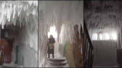 Настоящая ледяная пещера: в России из-за непогоды лед укутал целый подъезд (фото)
