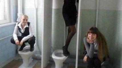 Смех до упада: до нелепости смешные фото девушек, зависимых от селфи в туалете
