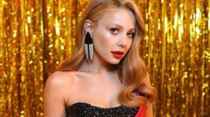 Яркая блондинка в розовом: Тина Кароль надела откровенное мини платье