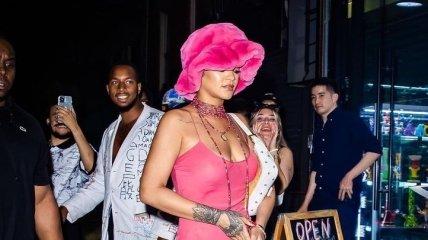 Рианна засветила голую грудь в прозрачном платье (фото, видео)