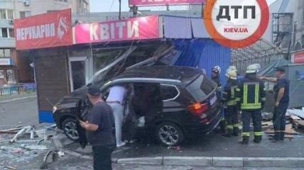 Два ларька снесло за секунду: появилось видео момента аварии на Позняках в Киеве