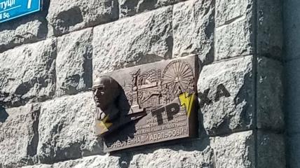 Мемориальная доска в честь Геннадия Кернеса на Горсовете Харькова