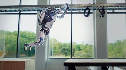 Робот Boston Dynamics прыгает через препятствие