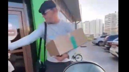 """""""Робин Гуд, которого мы заслужили"""": в России задержали мужчину, раздававшего прохожим мороженое (видео)"""