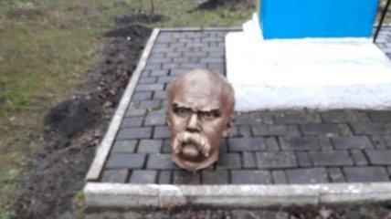 Выяснилось, кто обезглавил памятник Шевченко на Прикарпатье: их могут арестовать на полгода