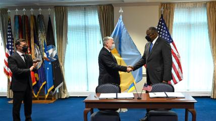 Подписание договора между Министерствами обороны.