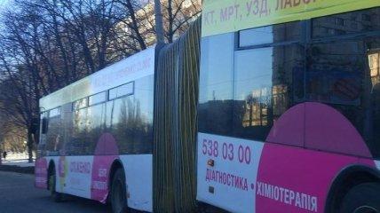 Троллейбус в Киеве разломился пополам во время движения