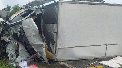 Бензовоз лоб в лоб столкнулся с грузовиком на Харьковщине, есть погибший (фото, видео)